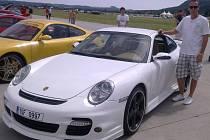 Boleslavský závodník Jaroslav Šťastný patřil se svým vozem Porsche k horkým kadnidátům na prvenství v tuningových závodech na letišti v Hoškovicích.