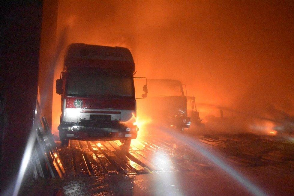 Halu v obci Hřivno zachvátil požár.