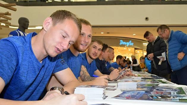 AUTOGRAMIÁDA fotbalistů Mladé Boleslavi se těšila velkému zájmu. Najdou si příznivci cestu také na sobotní duel s Plzní?