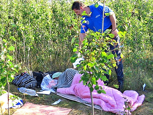 Muž bez domova si ustlal na Radouči.