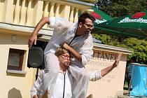 V parku na Výstavišti vystoupili Bratři v tricku, duo pouličních cirkusáků,
