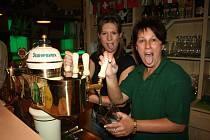 """Tak to nás nezajímá! My tady musíme totiž makat! Alena """"Ála"""" Svatoňová s dcerou Nikolou """"Niky"""" Červinkovou se vzorně staraly o zásobu piva pro všechny fandy. Na fotbal nebyl čas."""