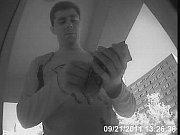 Kamera zachytila muže, který sebral peníze z bankomatu.