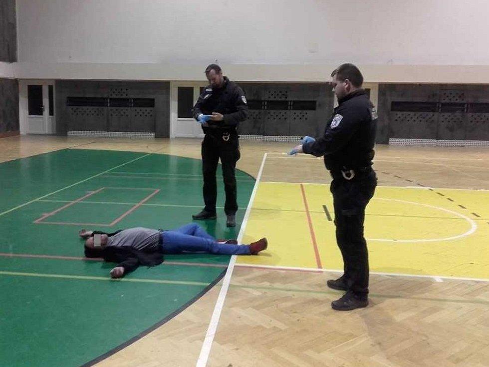Muž z Mnichova Hradiště usnul ve sportovní hale v Mladé Boleslav, vzbudili ho policisté.