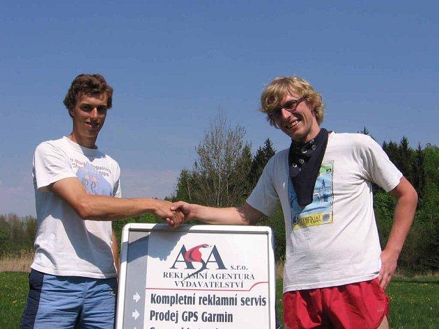Gratuluji kolego! Vlevo vítěz Karel Štafl, vpravo celkvoě druhý Václav Holas
