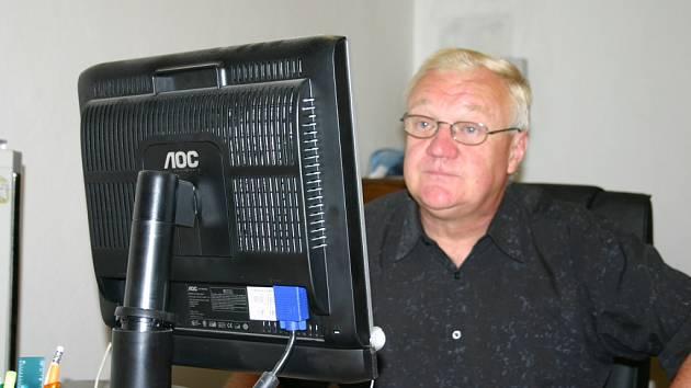 František Staněk ve svém království. Na počítači ve své pracovně zpracovává fotografie. Výstava je za dveřmi...