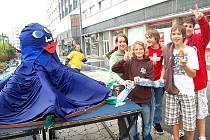 Na náměstí Míru v Mladé Boleslavi rostou chobotnici obří chapadla z PET lahví. Nosí je tam školáci
