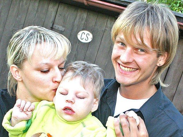 Petr Pik se synovcem Danečkem na zahradě před domem v Mladé Boleslavi. Petr Pik sice v Bailandu nezvítězil, přesto má rodina ještě šanci, že jí peníze pošlou dobrosrdeční diváci