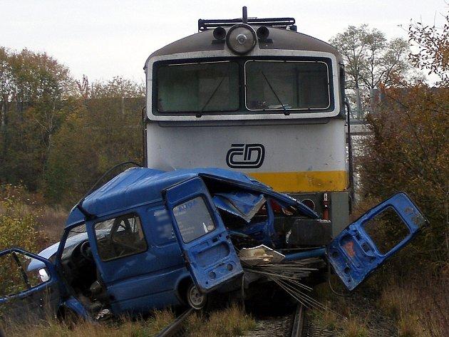 Vlak rozdrtil modrou dodávku u Bezděčína.