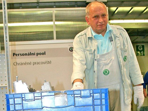 Zaměstnanec František Grosman při práci v chráněné dílně mladoboleslavské automobilky Škoda Auto.