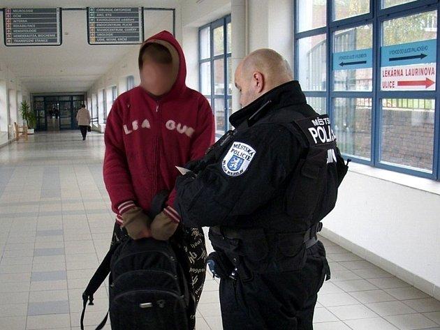 Mladík obtěžoval a napadal lidi v mladoboleslavské nemocnici.