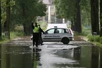 V Bakově voda uzavřela silnici
