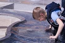Děti si užívají osvěžení v symbolické řece na Staroměstském náměstí.