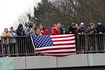 Jízda dragounů projela také kolem Mladé Boleslavi, z mostu u Jemníků ji pozorovaly desítky lidí.