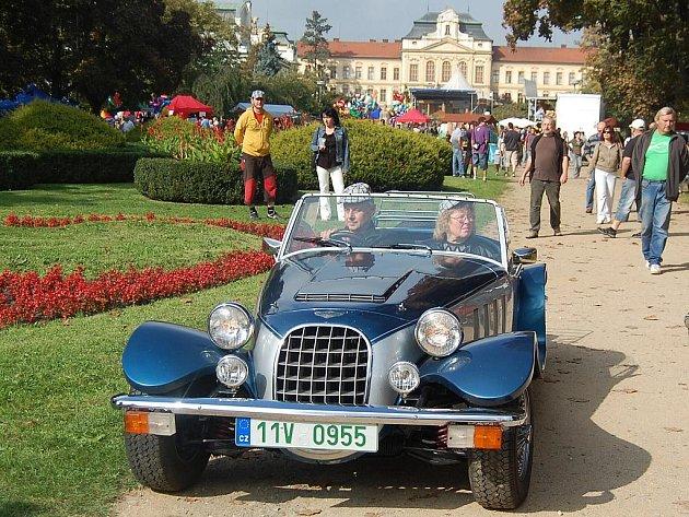 Svatováclavská jízda historických vozidel v Mladé Boleslavi.