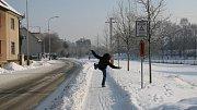 Neudržovaný chodník může přivodit pád.