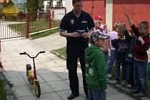Strážníci Městské policie v Bakově učili děti, jak se chovat na silnici.