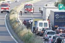 Požár vozidla zablokoval na několik desítek minut provoz na R10.