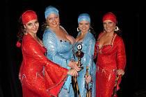 Skupina Wardah el Shareef s boleslavskou tanečnicí Evou Hlávkovou (vpravo).