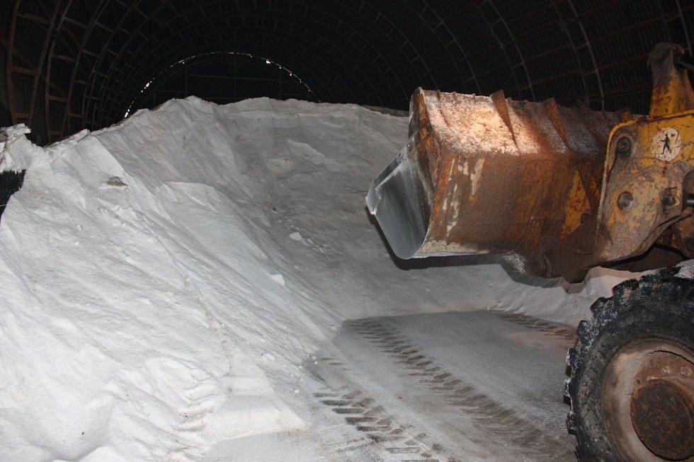 Posypová sůl se skladuje na skládce v Michalovicích.
