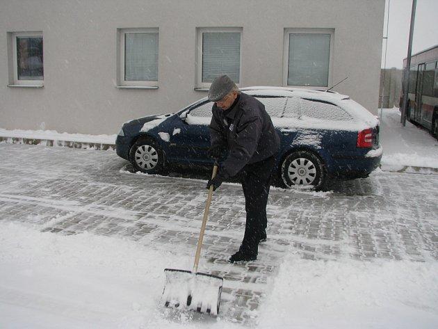 Stovky lidí v Mladé Boleslavi musely odklízet zapadané chodníky.