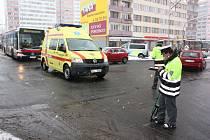 Během sněžení se v Mladé Boleslavi střetlo osobní auto se sanitkou na křižovatce u Bičíků. Příčinu nehody vyšetřuje policie.