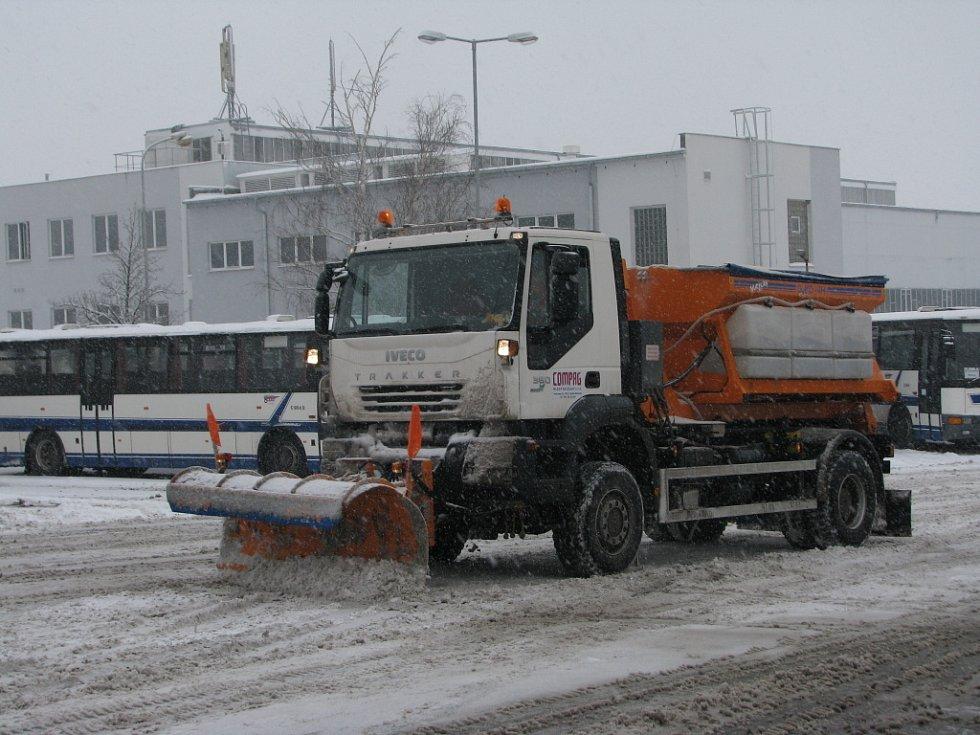 Odklízení sněhu v Mladé Boleslavi posypovými vozy.