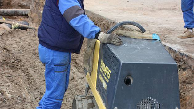 Poslední pondělní úpravy na stavbě horkovodu.