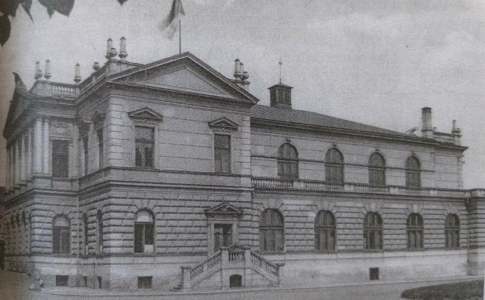 Sokolovna v Palackého ulici dokončená v roce 1905.