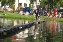Přejezd rybníku v obci Lhotice u Mnichova Hradiště.