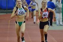 Anna Samešová (vlevo) si doběhla na halovém mistrovství České republiky pro senzační bronz na půlce
