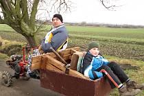 A už se to veze. Takhle naložení cestovali Slabovi k Chaloupkám, aby novou lavičku umístili pod starou hrušeň. Posezení dnes s oblibou využívají maminky s kočárky.
