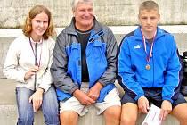 Trenér Bohumil Zítka (uprostřed) má velkou zásluhu na úspěších atletického mládí.