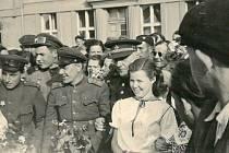 DESÁTÝ KVĚTNOVÝ den přijel generálmajor Jurij Ivanov Sokolov na náměstí v Dolním Bousově. V pozadí je škola, která za druhé světové války sloužila jako lazaret. Na střeše měla příznačné označení červený kříž.