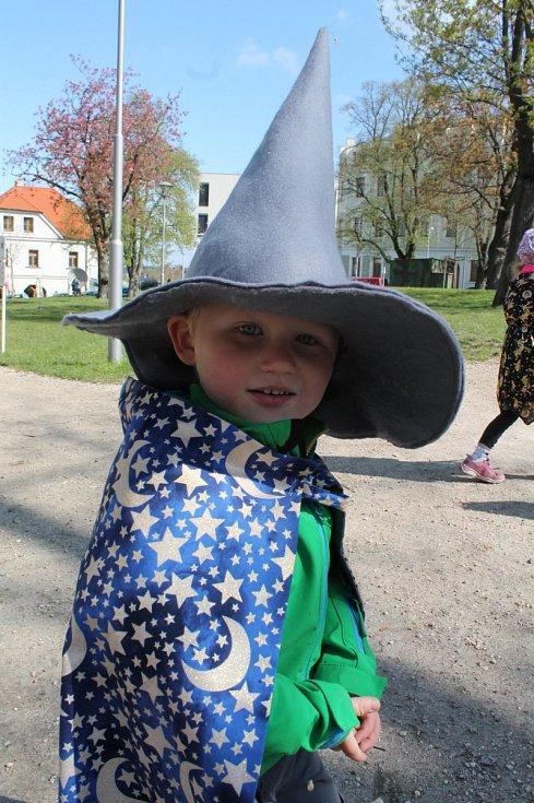 Čarodějnice z MŠ a jesle Pohádka přišly na Komenského náměstí v Mladé Boleslavi