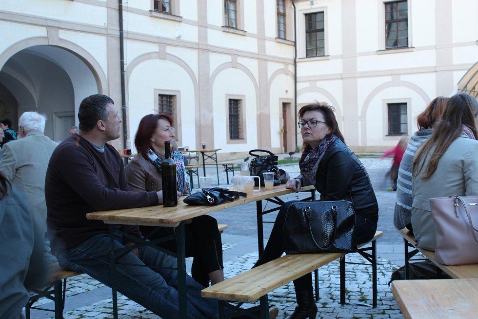 Posezení s burčákem v Benátkách nad Jizerou