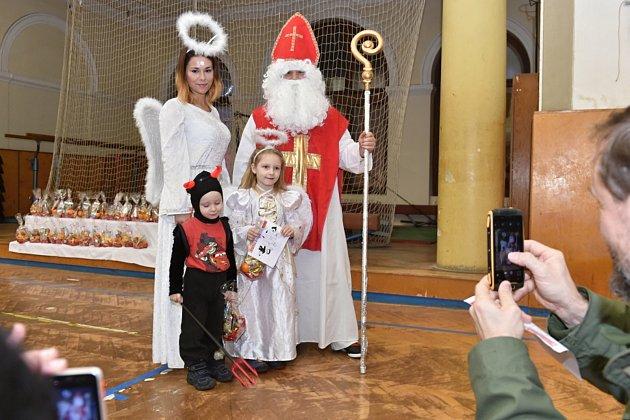 V mladoboleslavské sokolovně děti cvičily, a to za dohledu čertů i Mikuláše. Dárků bylo pro všechny dostatek.