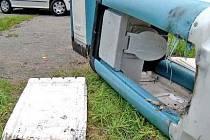 VANDALISMUS. Rozbité a také podpálené mobilní toalety. Škoda je 17 tisíc korun.