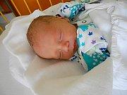 Martin Menčík se narodil 10. června, vážil 2,3 kg a měřil 46 cm. S maminkou Alžbětou a tatínkem Martinem bude bydlet v Jabkenicích.