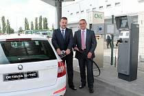 Pavel Vacek a Luboš Vlček před novou halou M7 slavnostně plní první nádrž Octavie G-TEC stlačeným zemním plynem
