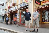 Otec a syn Staňkové před domem z Železné ulici, kde sídlí Foto U Dobré rady.