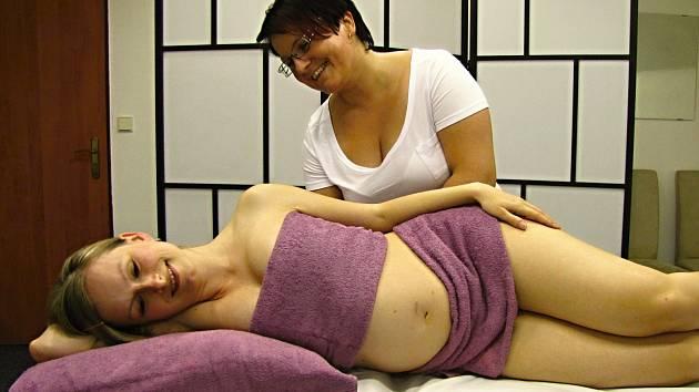 Podle zpráv od maminek těhotenská masáž skutečně usnadňuje průběh těhotenství i samotný porod.