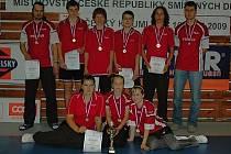 Mistři republiky v badmintonu žáků, Deltacar Benátky, spolu s trenérem Frohlichem (vlevo) a prezidentem klubu Martincem