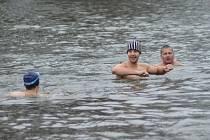 Tradiční štědrodenní koupání otužilců v Jizeře.