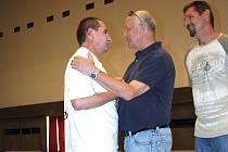 S Petrem Kulasem se přišla na palubovku sportovní haly rozloučit celá řada jeho současných a i bývalých spoluhráčů