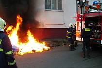 Plastové popelnice požár nevydržely. Hasiči jen dohasili šlehající plameny.