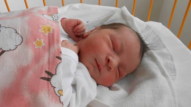 IVETA Jírová se narodila 27. dubna mamince Blance a tatínkovi Milanovi z Mladé Boleslavi. Vážila 3,69 kilogramů a měřila rovných 50 centimetrů. Doma se na ni těší bráška Štěpán.
