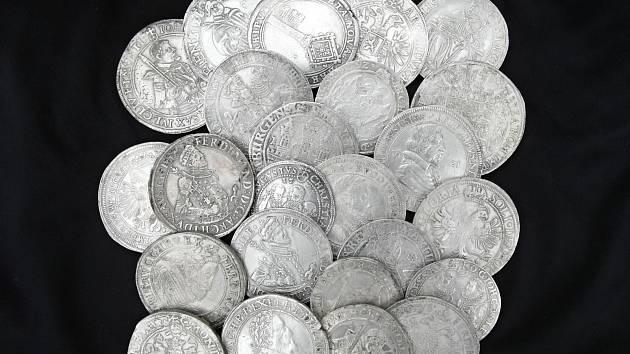 Stříbrné tolary z čp. 42 v Železné ulici.