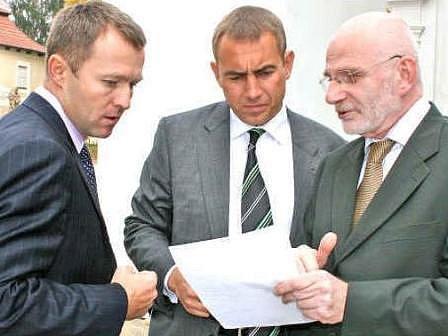 ŠÉFOVÉ. Personální šéf Škody Auto Martin Jahn (uprostřed) s ředitelem ČEZu Martinem Romanem (vlevo)