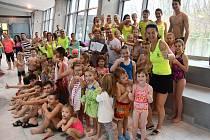 Plavecké závody pořádané Baby clubem Kosatka přinesly zúčastněným zábavu a dětem z Dětského domova téměř padesát tisíc korun vybraných od sponzorů i rodičů malých plavců.
